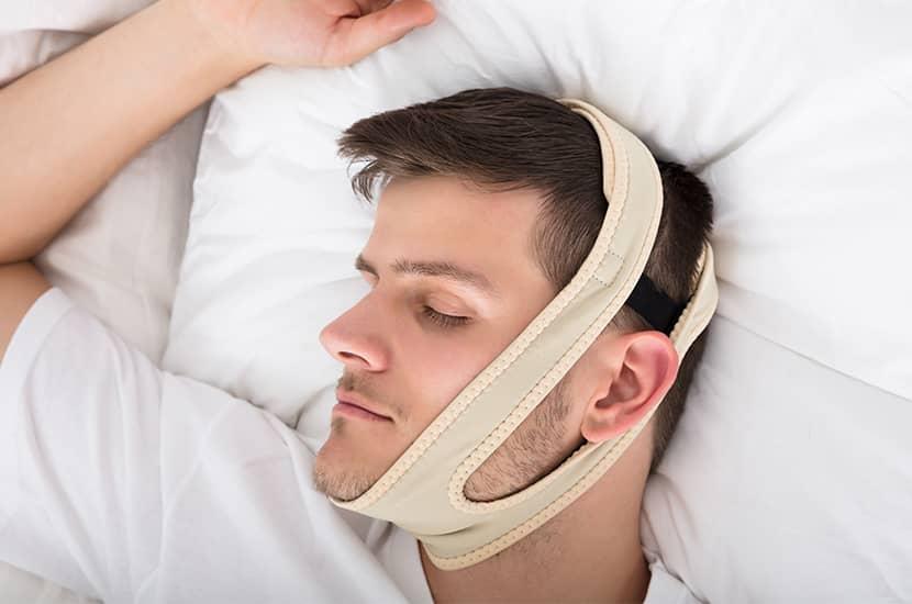 Legen Sie sich vor dem Schlafengehen einfach ein Snoril-Stirnband auf den Kopf