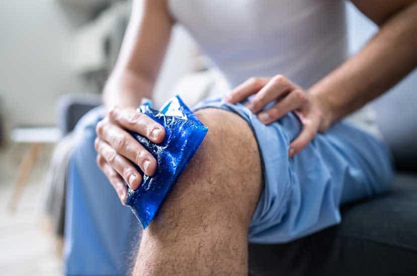 Eis auftragen oder das Knie angehoben halten, um die Wirkung von Knee Active Plus zu verstärken