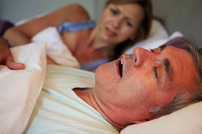 Schnarchen tritt auf, wenn die Atmung während des Schlafs blockiert ist